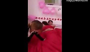 国产自拍:牛逼的闹洞房,亲友要求新郎和新娘全裸在被子里啪啪,最后用力拉开被子检查有没有插进去#福利视频